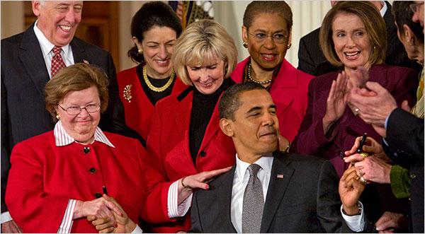 Obama assinando lei que amplia direitos das mulheres