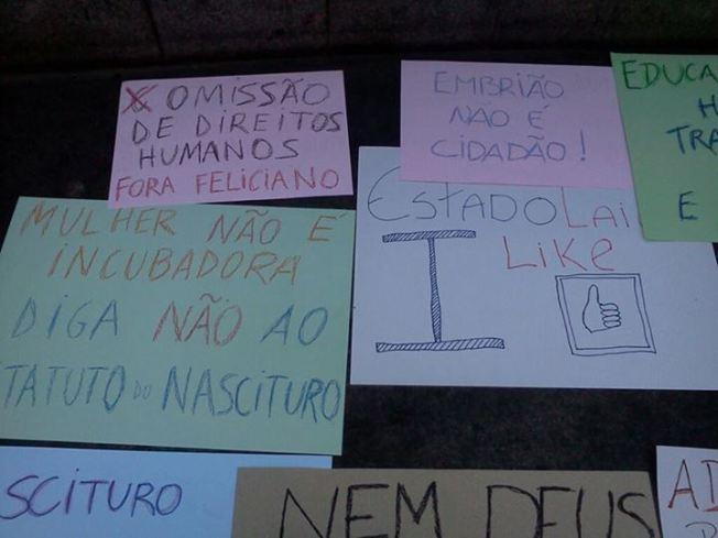 Alguns dos cartazes criados para as manifestações de junho. Estes foram feitos em oficina realizada na Faculdade de Direito da UFMG no dia 20/06/2013