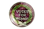 Broche esmaltado criado pela artista Ernestine Mills para ajudar na arrecadação de fundos para as suffragettes. Fonte: Museum of London